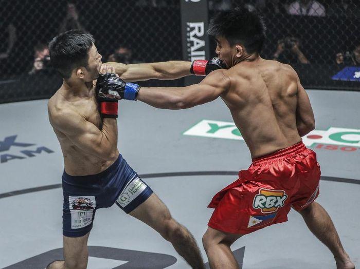 Joshua Pacio (kanan) mengalahkan Yoshitaka Naito (dok.ONE Championship)