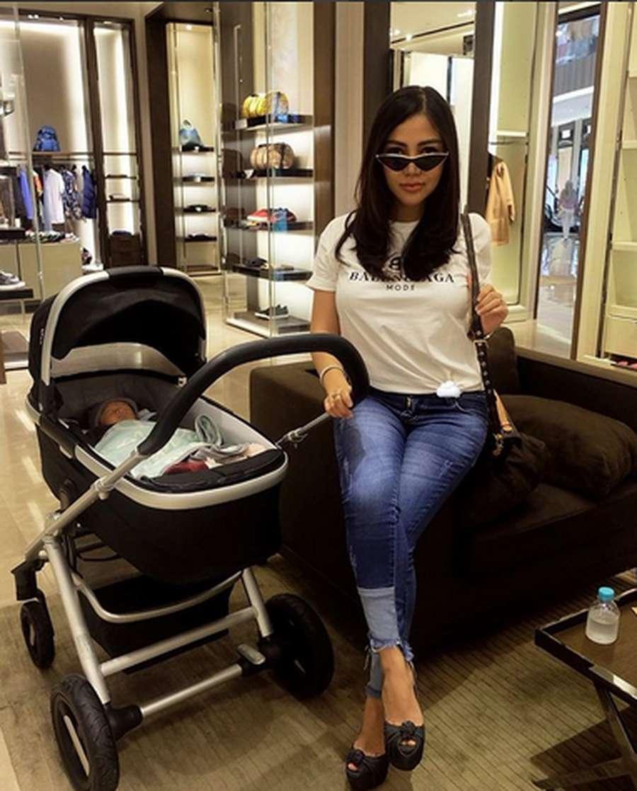 Belum 2 Minggu, Bella Shofie Ajak Bayinya Ke Mall