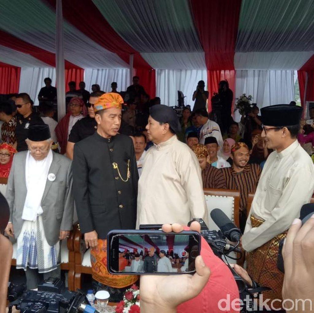 Foto: Jokowi-Prabowo Ngobrol Akrab di Kampanye Damai