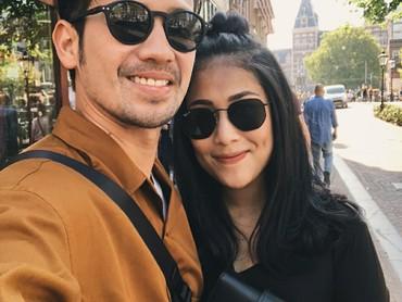 Setahun lebih menikah, raut bahagia nggak luntur dari pasangan ini. (Foto: Instagram/tarrabudiman)