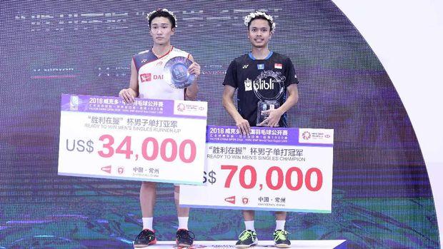 Anthony Ginting merayakan kemenangan di atas podium China Terbuka 2018.