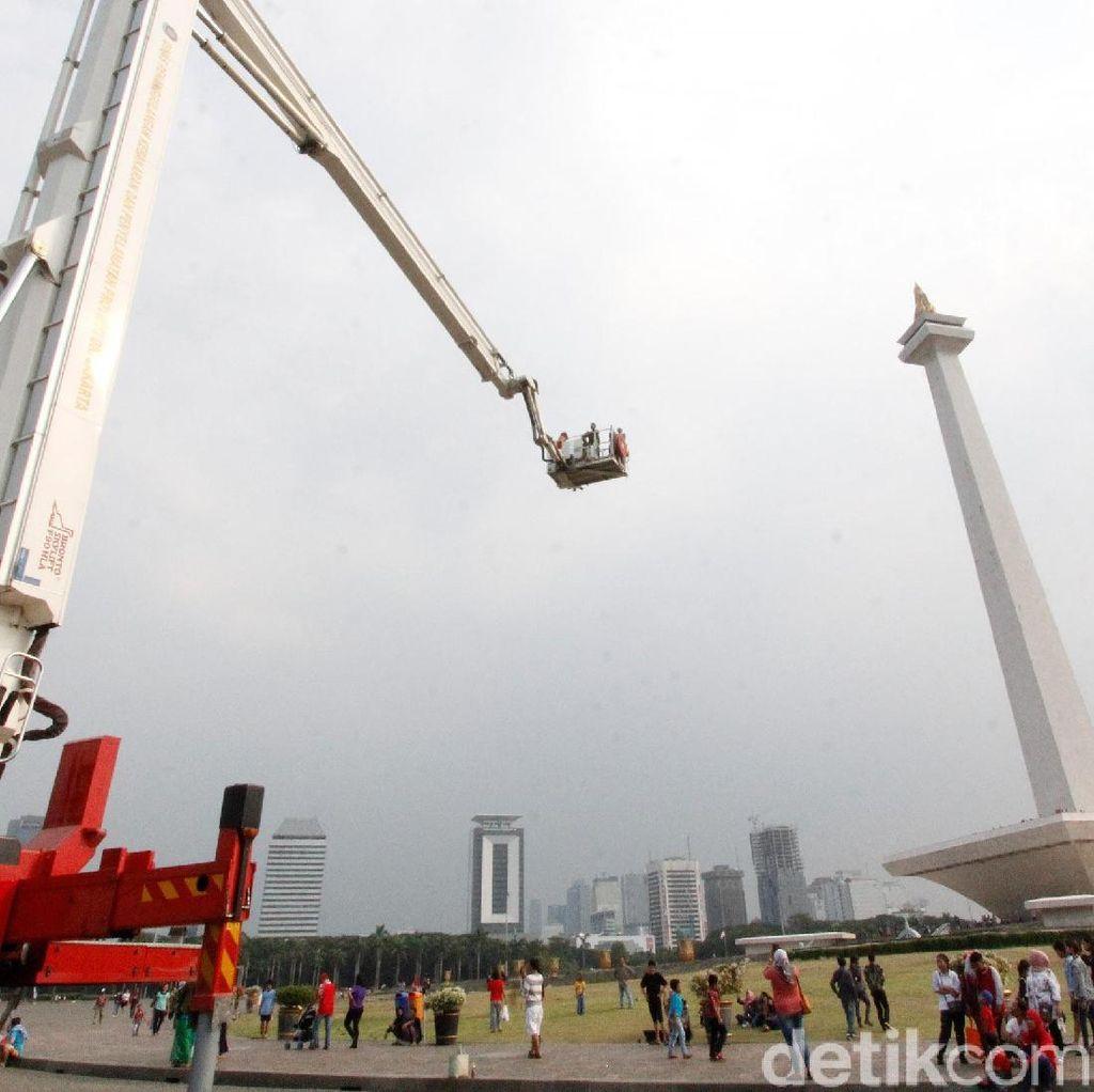 Serunya Naik Bronto Skylift di Monas