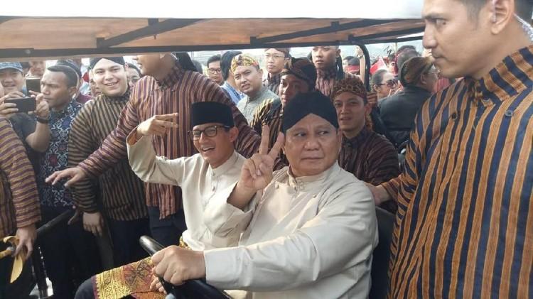Prabowo-Sandi Kompak Beradat Jawa Ikuti Karnaval Kampanye Damai