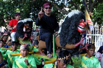Momen Ridwan Kamil Kampanyekan Jokowi-Ma'ruf Bersama Seniman