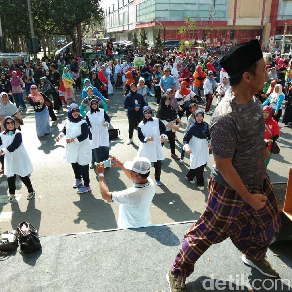 Usai Jalan Sehat Pakai Sarung, Warga Kediri Diajak Goyang Dayung