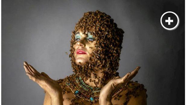 Ibu Ini Berpose dengan Ribuan Lebah dan Ular di Foto Kehamilan