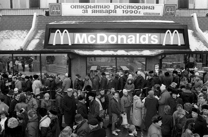 Pada 31 Januari 1990, McDonalds membuka restoran pertamanya di Moskow, Rusia. Istimewa/Boredpanda.