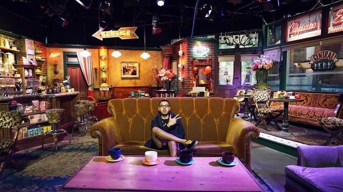 Kemal Palevi awalnya aktif sebagai komedian dari Stand Up Comedy Indonesia. Kemal sekarang sibuk menjadi aktor, ia juga hobi traveling. Ini gayanya saat mengunjung set kafe dari serial Friends di Amerika. Foto: Instagram @kemalpalevi