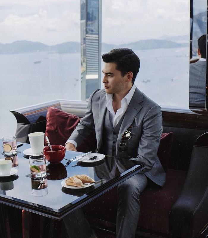 Business lunch, tulis pria yang kini berusia 22 tahun itu. Saat itu, secangkir kopi dan beberapa pastry ia lahap di salah satu hotel mewah di Hong Kong. Foto: Instagram dimashadilet