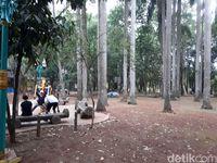 Sedih, Taman Kota di Tangsel Ini Banyak Sampah Berserakan