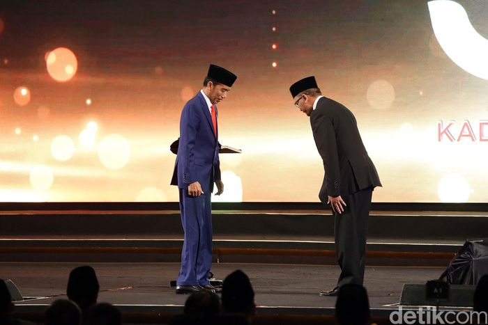 Presiden Joko Widodo (Jokowi) menerima penghargaan dari Ketua Umum Kamar Dagang dan Industri (Kadin) Indonesia. Apa yang diberikan Rosan ke Jokowi adalah Penghargaan Tokoh Pemerataan Pembangunan.