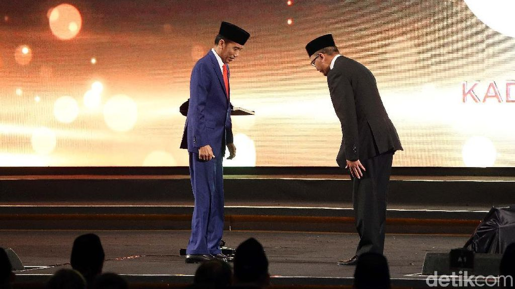 Momen Ketum Kadin Membungkuk dan Beri Penghargaan ke Jokowi