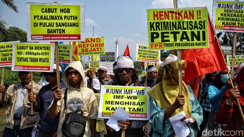 Aksi Unjuk Rasa Hari Tani Nasional di Bawah Terik Matahari
