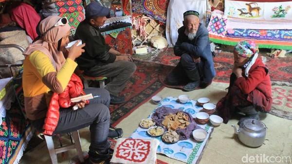 Foto: Ajeng dan Iqbal berangkat dari Indonesia pada 13 September dan tiba di Ulan Bator, ibu kota Mongolia, keesokan harinya. Mereka lalu menuju Bayan Ulgi yang terletak di kaki Gunung Khuiten dan bersiap melakukan pendakian. (dok. Iqbal Nurii Anam)