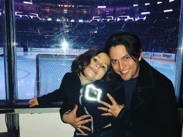 Jackson tahu banget ya cara menghabiskan waktu bareng putra dan putrinya. Kali ini ia dan si jagoan kecil nonton game hockey. (Foto: Instagram/jacksonrathbone)