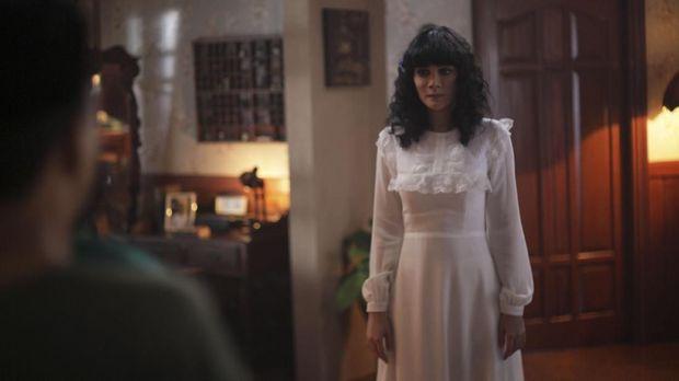 Aksi Luna Maya dalam 'Suzzanna: Bernapas dalam Kubur'.