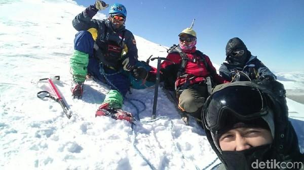 Foto: Setelah mendaki selama 4 hari, akhirnya mereka berhasil menaklukkan Khuiten Peak dengan ditemani 2 orang pemandu. (dok. Iqbal Nurii Anam)