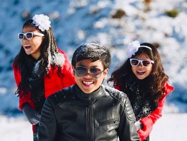Happy banget ya Nathan, Sydney, dan Karen main salju bareng begini. (Foto: Instagram/ @enricotambunan)