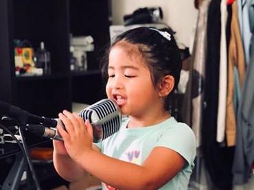 Kayaknya Enoy bakal melanjutkan langkah Papa Bams nih jadi penyanyi, he-he-he. (Foto: Instagram/ @bams_1606)