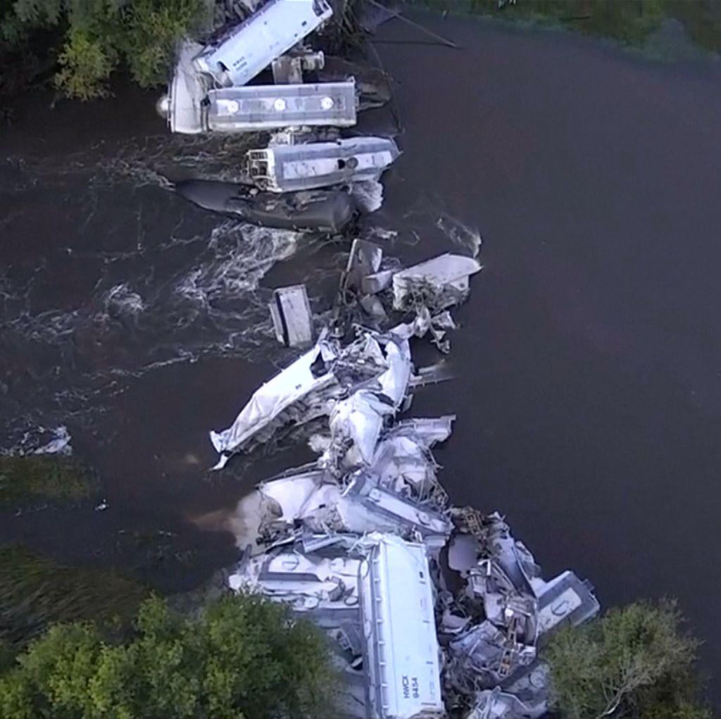 38 Gerbong Kereta Barang Kocar-kacir di Sungai Iowa