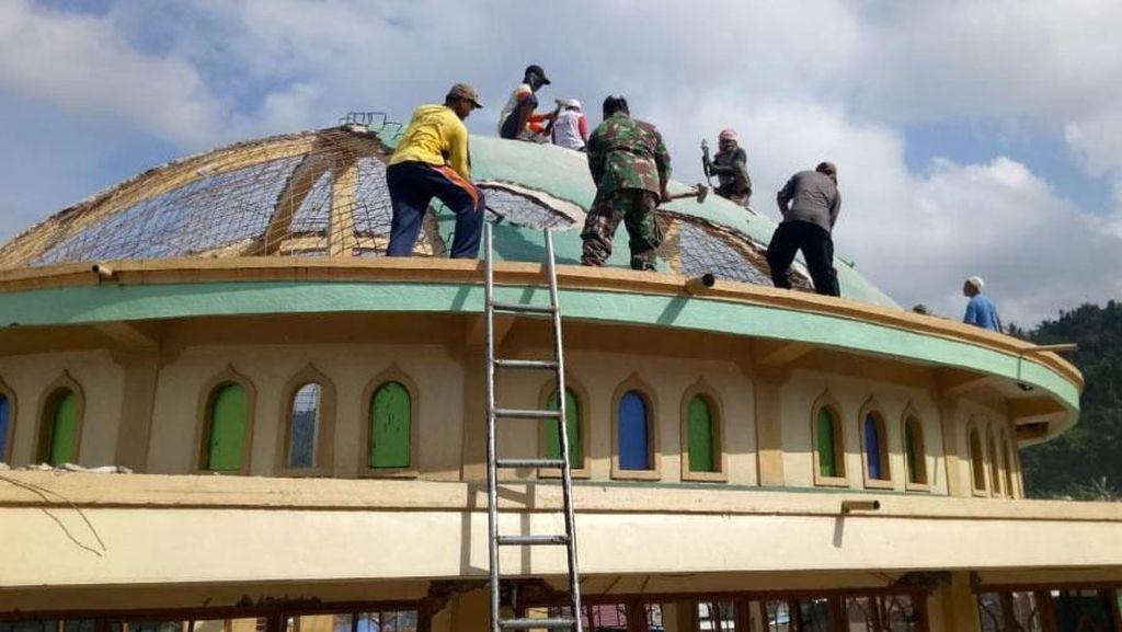 TNI Bantu Bersihkan Puing Masjid yang Rusak Akibat Gempa di Lombok