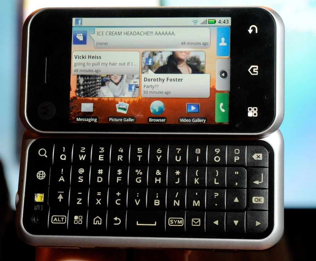 Motorola Backflip. Rilis tahun 2010, ponsel Android dengan OS Android 1.5 Cupcake ini mengusung model unik demi mengakomodasi keyboard fisik. (Foto:Ethan Miller/Getty Images)