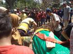 Suasana Haru Iringi Pemakaman Suporter Persija di Indramayu