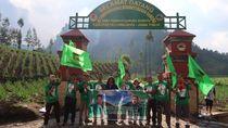 Gaet Pemilih Milenial, Kader PPP Kibarkan Bendera Partai di Semeru