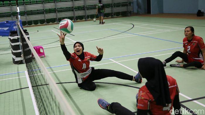 Timnas voli duduk putri berlatih di GBK Arena, Senayan, Senin (24/9). (Agung Pambudhy/detikSport)