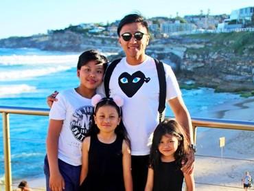 Kompak selalu ya Papa Enrico dan jagoan serta gadis kecilnya. (Foto: Instagram/ @enricotambunan)