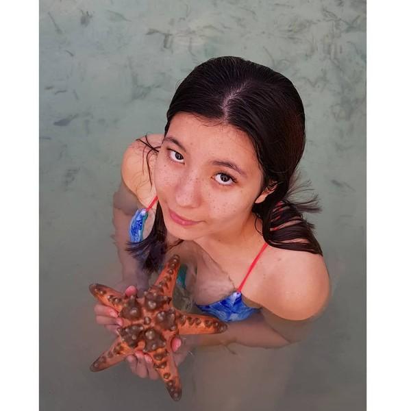 Tak hanya Wulan, putrinya Shaloom Razade juga tampak tengah mengangkat bintang laut. Mungkin mereka belum tahu efek buruk mengangkat-angkat bintang laut dari habitatnya bagi si bintang laut. (Instagram/wulanguritno)