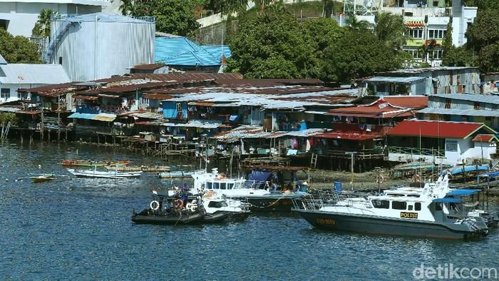 Kota Jayapura memiliki topografi beragam mulai dari bukit hingga pantai. Nah, di Teluk Jayapura juga dikenal sebagai salah satu sentra perdagangan di Papua.