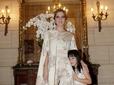 Sama-sama cantik saat Mikhaila dan Mama Nia memakai dress. (Foto: Instagram @ramadhaniabakrie)