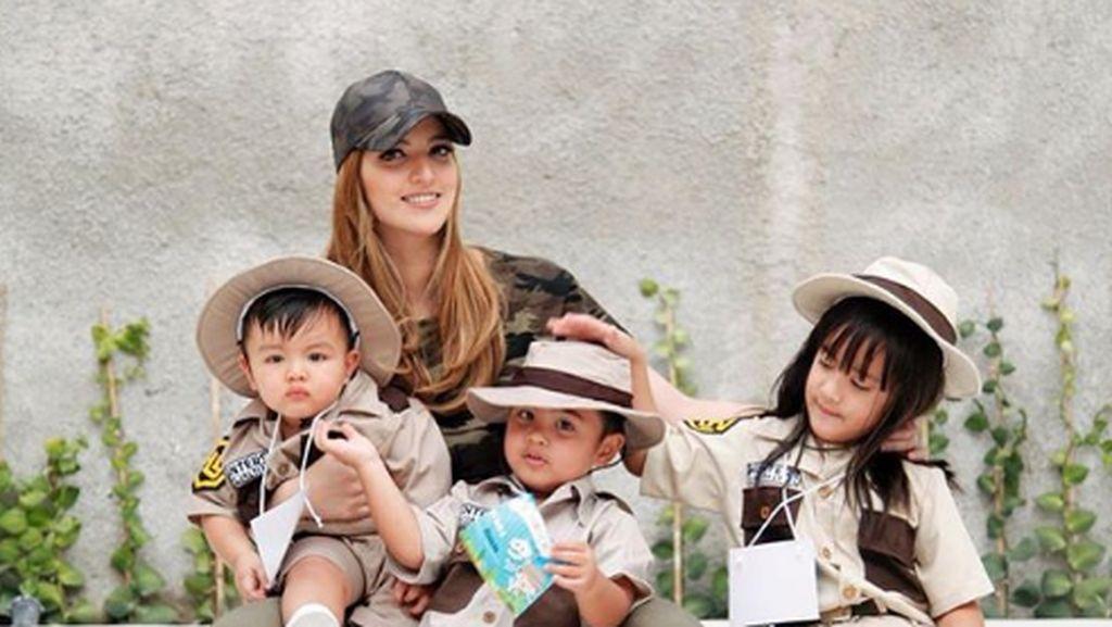 7 Gaya Kece Nia Ramadhani bersama Anak-anaknya