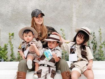 Nia Ramadhani memang gemar mendandani anak-anaknya dengan baju yang menggemaskan, Bun. Seperti di foto ini, ibu dan anak ini kompak memakai safari shirt.