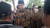 Berbatik dan Berpeci Hitam, Jokowi Melayat Adik Iparnya di Solo
