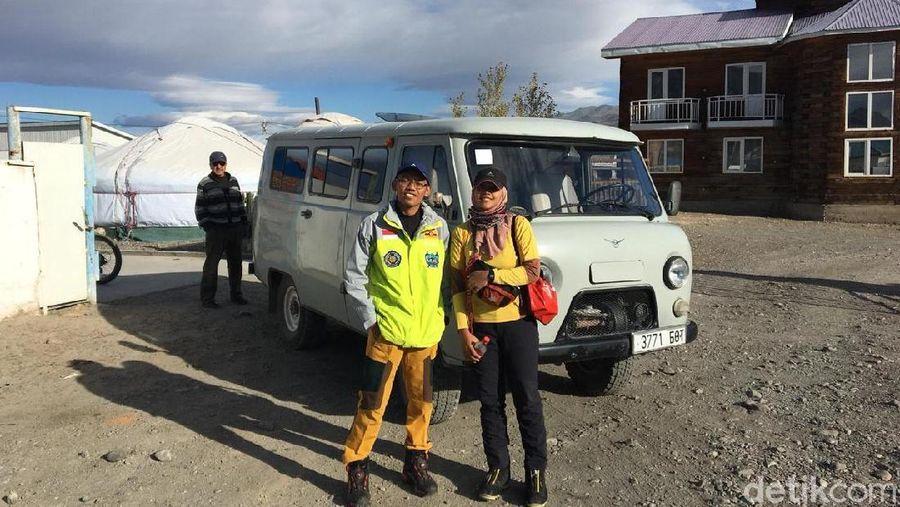 Foto: Inilah 2 mahasiswa Universitas Muhammadiyah Surakarta (UMS), Iqbal Nurii Anam dan Ajeng Nurtri Hidayati yang berhasil menaklukkan puncak gunung tertinggi di Mongolia, Khuiten Peak pada 19 September 2018 lalu. (dok. Iqbal Nurii Anam)