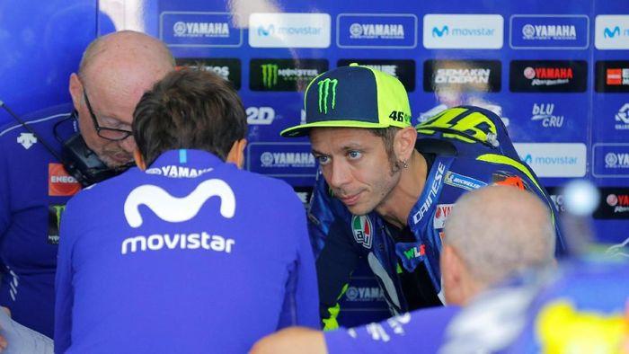 Valentino Rossi tak puas dengan motor Yamaha untuk musim 2019 yang sudah dia ujicoba (Heino Kalis/Reuters)