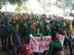 Mahasiswa di Penjuru RI Demo Impor Beras, Bakar Patung Mendag