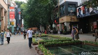 Tepat di tengah kawasan Beijing Road ini, terdapat jalanan bawah tanah kuno yang sudah dibangun sejak tiga dinasti terlebih dahulu, yaitu Dinasti Song, Ming dan Qing. Jalanan bawah tanah kuno ini dilapisi dengan kaca (Andini/detikTravel)