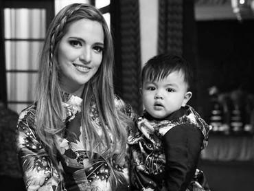 KompaknyaMama Nia dan si jagoan kecil pakai baju lebaran. (Foto: Instagram @ramadhaniabakrie)