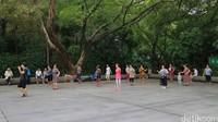 Banyak warga lokal yang melakukan berbagai macam aktivitas di taman ini. Dari berolahraga, bercengkrama, hingga menari bersama. Seru melihatnya! (Andini/detikTravel)