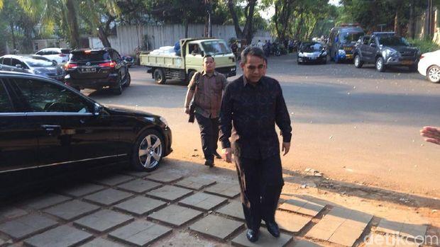 Sekjen Gerindra Ahmad Muzani di depan kediaman Prabowo Subianto.