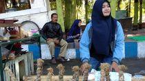 Harga Anjlok, Perempuan Ini Obral Bawang Merah di Pinggir Jalan