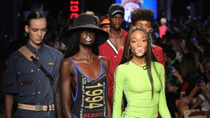 Model tiga payudara di Milan Fashion Week. Foto: Andreas Rentz/Getty Images