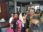 Eks Dirut Pertamina Karen Berbalut Rompi Pink Tahanan Kejagung