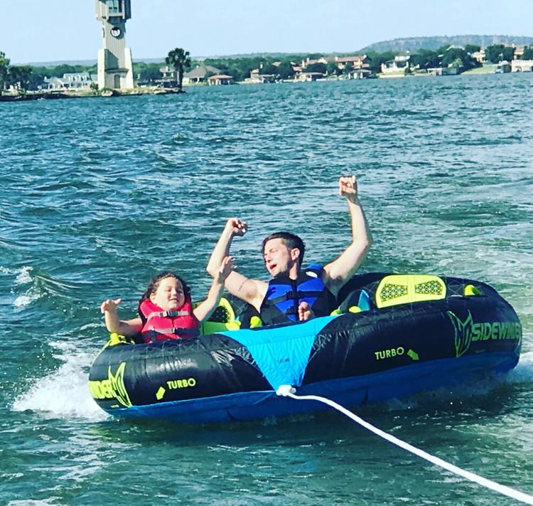 Monroe sama Ayah Jackson senang banget main donut boat water sport. (Foto: Instagram/jacksonrathbone)