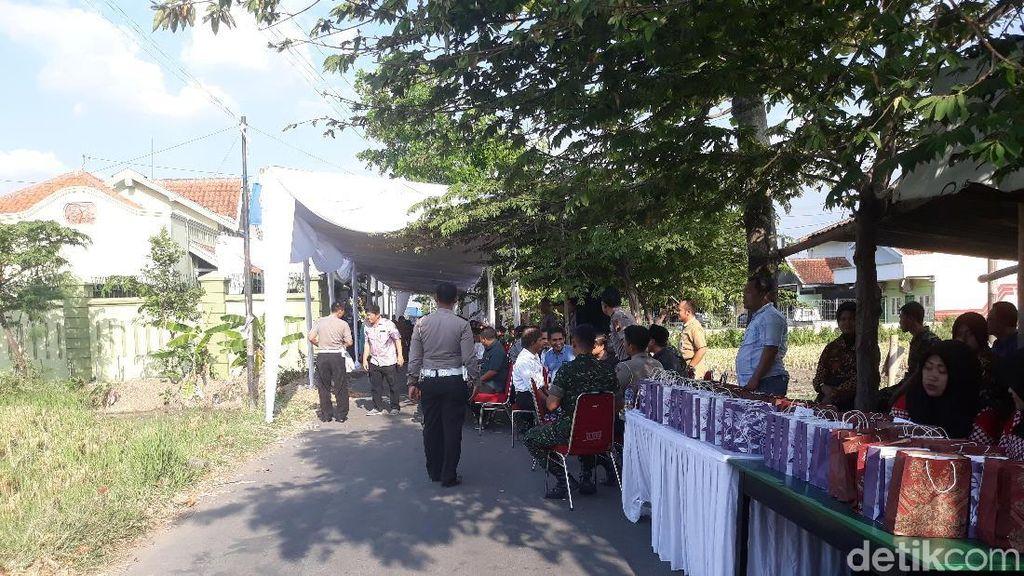 Pelayat Mulai Berdatangan di Rumah Duka Adik Ipar Jokowi