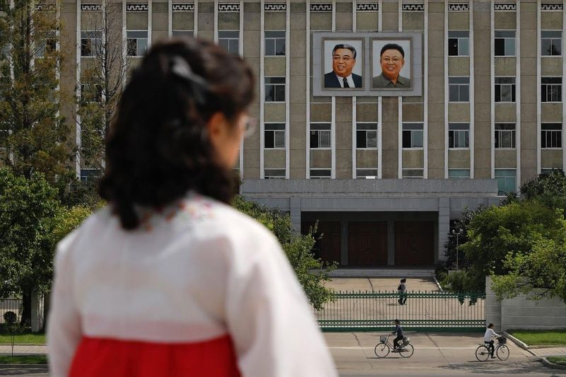 Pemandangan dengan foto-foto pemimpin Korea Utara, Kim Jong-il bersama ayahnya Kim Il-sung akan menyambut turis yang datang ke Pyongyang, Korea Utara. (Danish Siddiqui/Reuters)