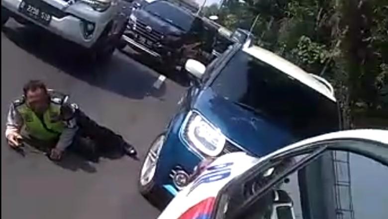 Detik-detik Perempuan Tabrak Polisi Usai Terobos Konvoi Jokowi
